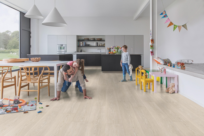 El suelo laminado aporta elegancia y calidez a tu hogar, prescindiendo del cuidado que requieren otros materiales.