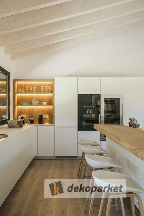Cocina lacada en blanco Silestone Calacatta, con bancada de madera - Dekoparket - Mistala - Valencia