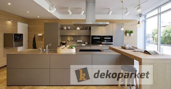 Cocinas lacadas en Tmatt antihuella, con una mesa de cocina de madera, bancada porcelanica Dekton, modelo Laurent Natural
